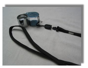 Halsband mit Clip für Lupe